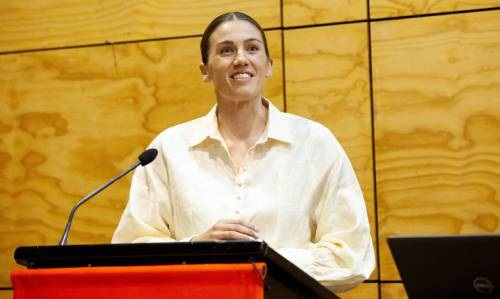 brooke-neal-speaking-at-event